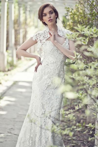 Ажурная паутинка приковывает взгляды, являясь главным украшением и стильным акцентом свадебного платья