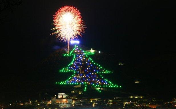 В городке Инжино, Италия, начиная с 1981 года, появляется самая оригинальная рождественская елка.