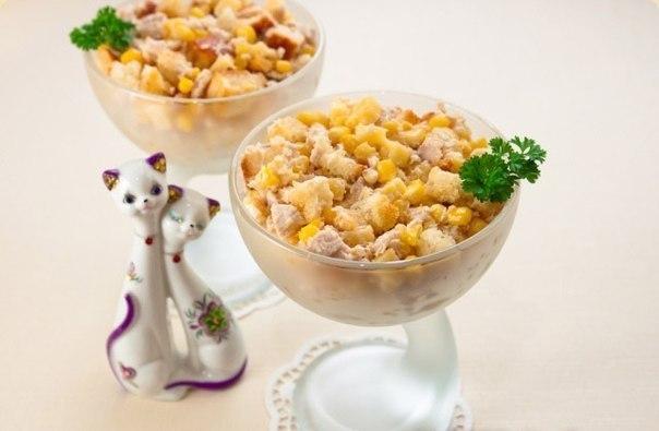 Салат с курицей сухариками огурцом и кукурузой
