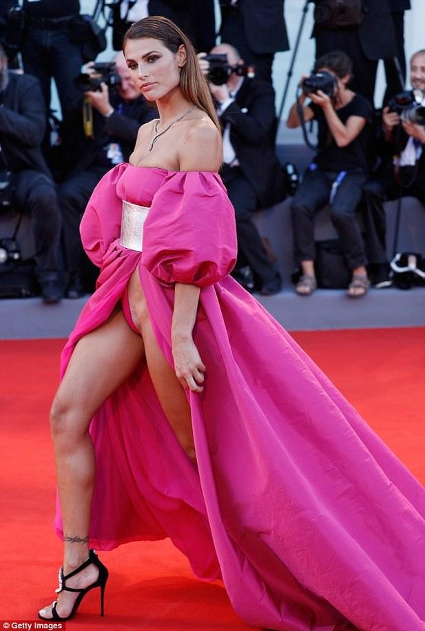 видео голых женщин в платьях