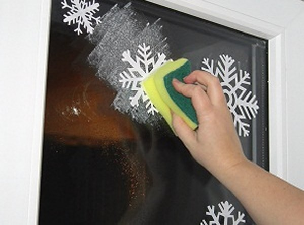 Как сделать снежинки на стекле зубной пастой