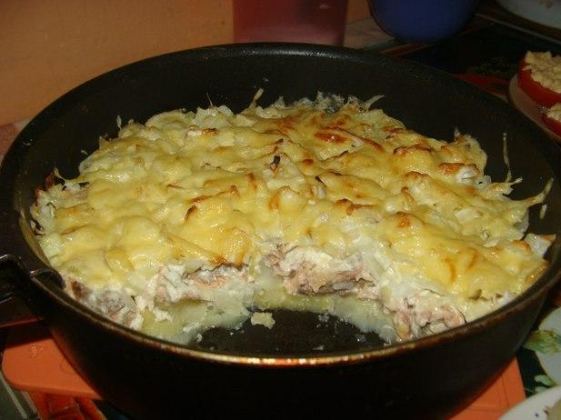 Картофель с горбушей под луком и сыром