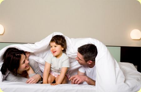 Папа дочь на диване 3 фотография