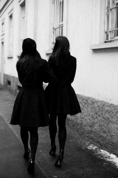 Две девушки на улице