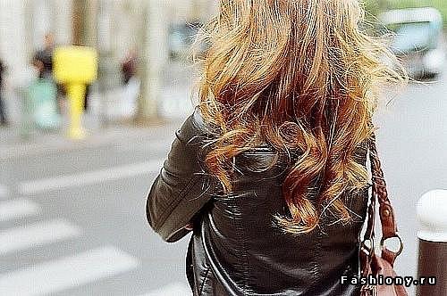 фото девушки с русыми волосами со спины