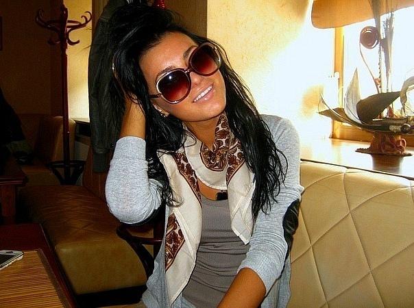 Фото на аву девушка в очках брюнетка
