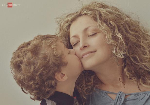 мать привела своего сына к дочери своей подряд