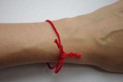 Для чего вяжут красную нитку на левое запястье
